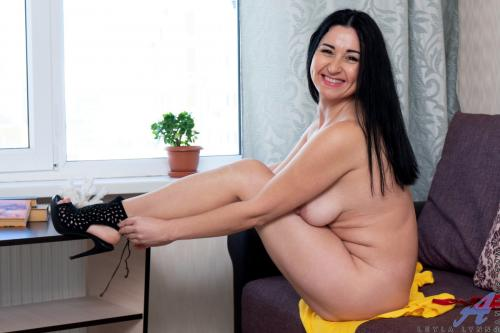 Leyla Lynn long hair blowjobs obese women spreading pussy